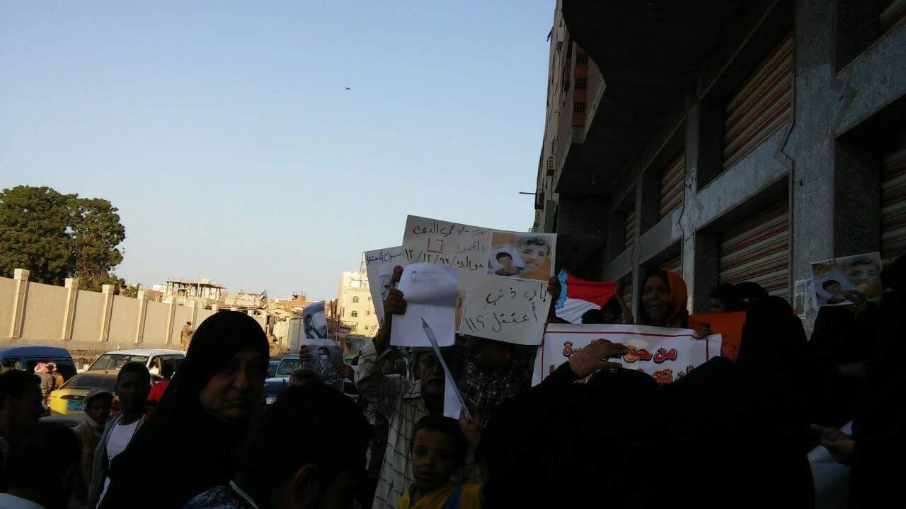 عدن: وقفة احتجاجية أمام سجن المنصورة للمطالبة بإطلاق سراح المعتقلين