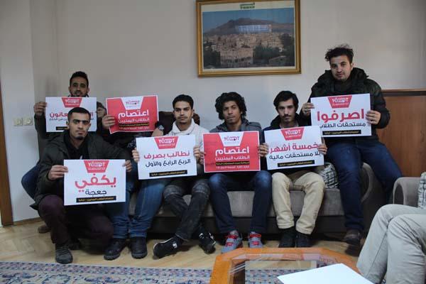 طلاب اليمن بتركيا يدشنون اعتصاماً مفتوحاً للمطالبة بصرف مستحقاتهم المالية