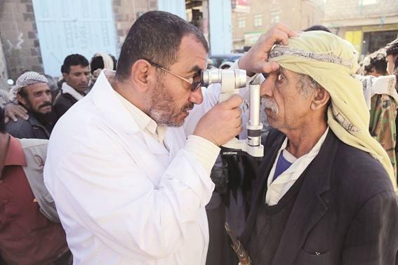 """اختتام مخيم طبي مجاني لمرضى العيون بتمويل من """"قطر الخيرية"""" في القفر بإب"""
