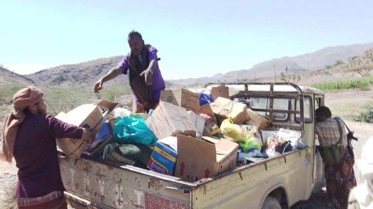 """تعز: """"بني بكاري"""" يقدمون قافلة غذائية دعما للجيش في الوازعية"""