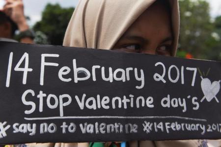 العشق الممنوع في إندونيسيا.. سلطات تحظر الاحتفال بعيد الحب