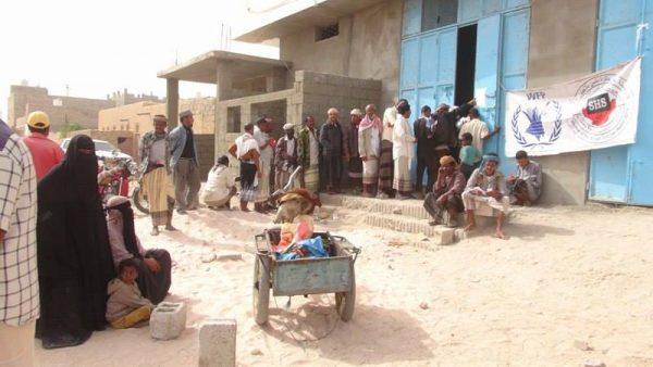 وكيل محافظة شبوة يدشن توزيع المساعدات الغذائية لشهر فبراير