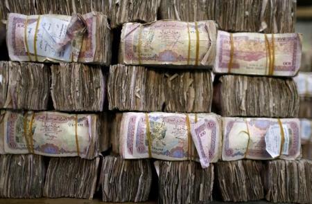 وكالة: الحوثيون يفرضون سقفا على الاستيراد ويمنعون شراء الدولار على التجار