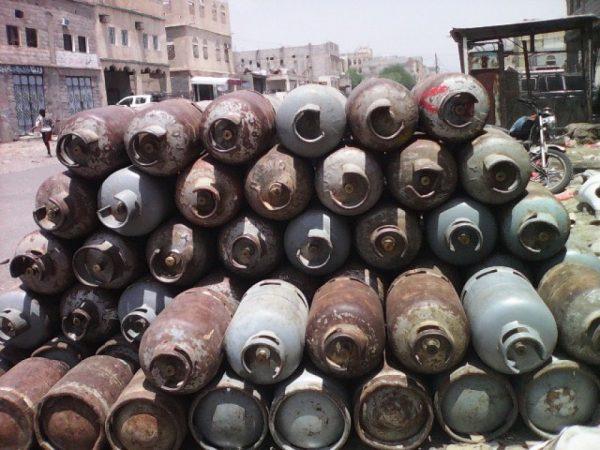 المحويت: ميليشيات الانقلاب تصادر 31 قاطرة غاز منزلي وتكسب الملايين ببيعها في السوق السوداء