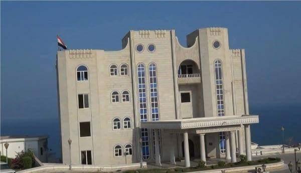 مصدر حكومي ينفي قيام حراسة قصر معاشيق بإغلاق بوابته