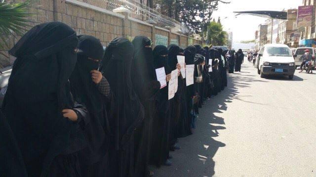 """أمهات المختطفين """"بإب"""" يتظاهرن تنديداً بجرائم الانقلابيين في الاختطاف و التعذيب"""