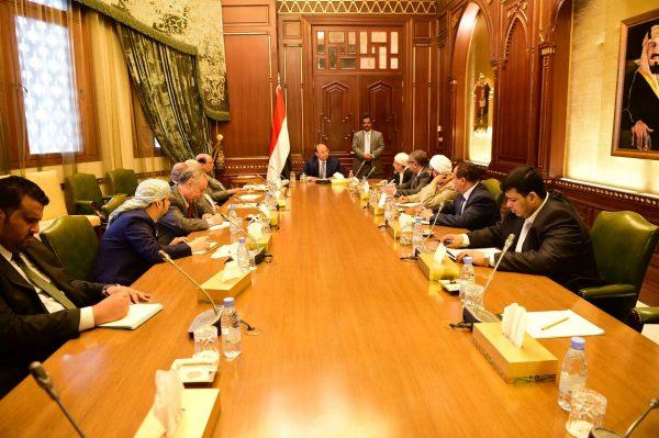 الرئيس هادي يؤكد حرص الحكومة صرف رواتب الموظفين في جميع المحافظات دون استثناء