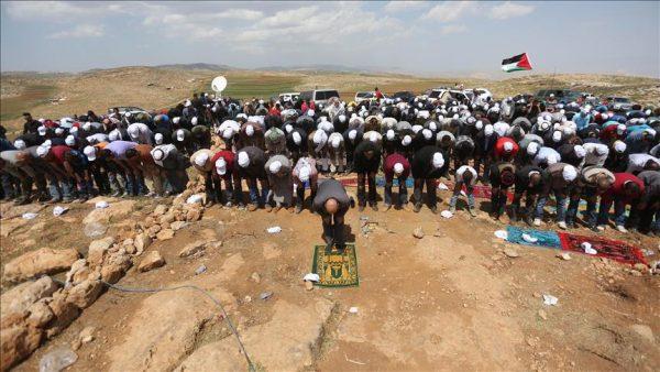 فلسطينيون يؤدون صلاة الجمعة مكان بؤرة استيطانية مخلاة
