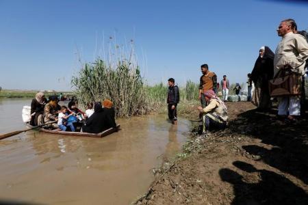 العراق يفتح جسرا عائما جديدا على نهر دجلة للفارين من الموصل