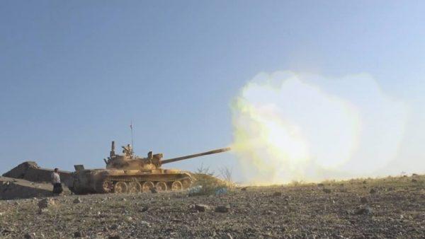 """تعز : الجيش يحرر جبل """"القراد"""" في موزع ومقتل مدني بانفجار لغم"""