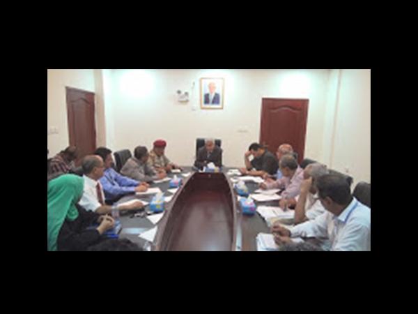 """اللواء """"عرب"""" يترأس اجتماعا موسعا في عدن لحل مشاكلالمطاروترتيب وضع الحراسة الأمنية"""