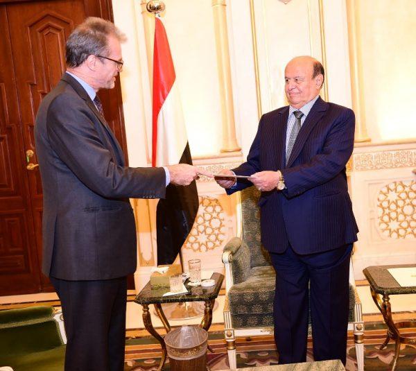 الرئيس هادي يسلم رسالة للرئيس الفرنسي الجديد ايمانويل ماكرون