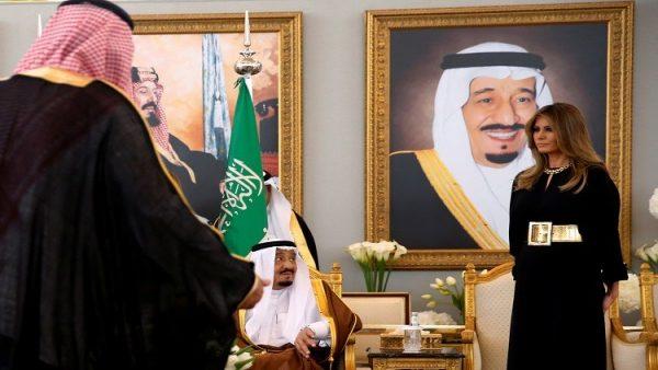 ميلانيا ترامب في السعودية بلباس يثير الإعجاب!