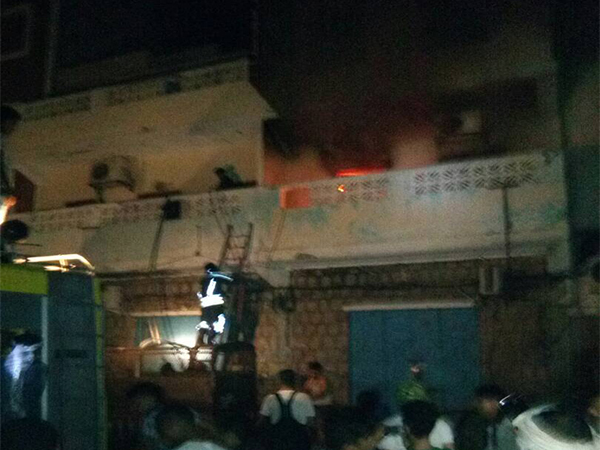 مسلحون يقتحمون مقر حزب الإصلاح بعدن ويضرمون فيه النار ويختطفون صحفي (تحديث)