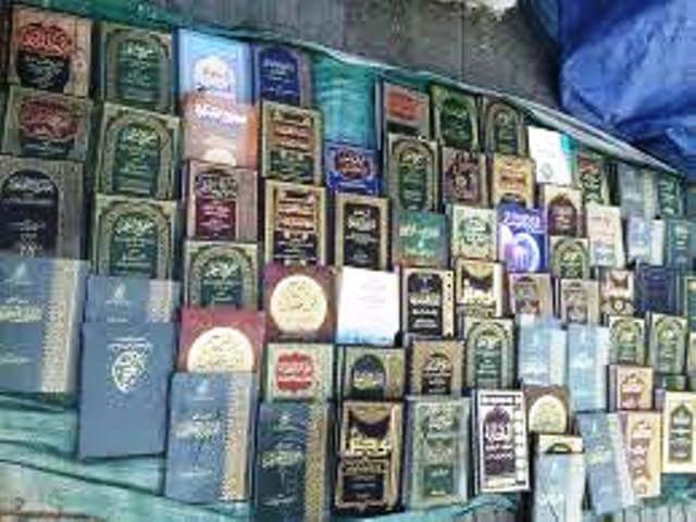 """حوثيون بجامعة إب يسطون على بسطة بائع """"كتب"""" ويصادرون كتب دينية"""