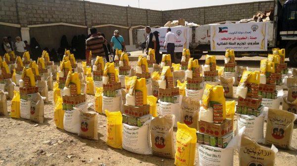 """""""الكويت إلى جانبكم"""" توزع 1000 سلة غذائية للنازحين أمانة العاصمة"""
