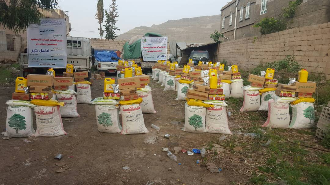 """إب: """"بساط الخير"""" تنفذ مشروع السلة الغذائية لعدد من المحتاجين """"بيريم"""""""