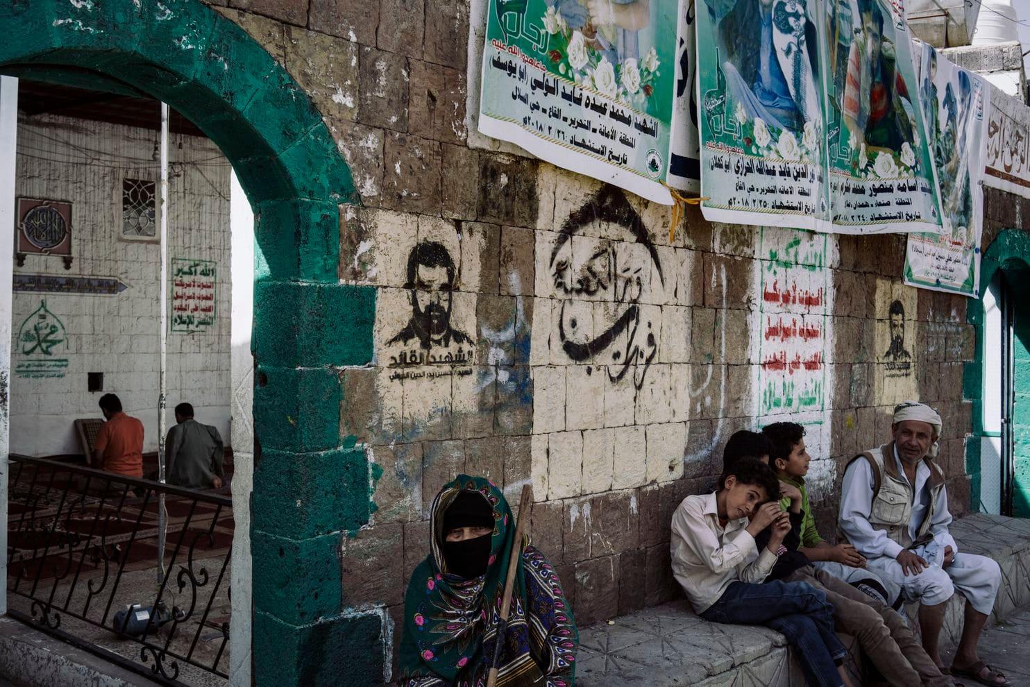 يتم عرض صور قتلى الحوثيين خارج مسجد في صنعاء. (لورينزو توغنولي لصحيفة واشنطن بوست)