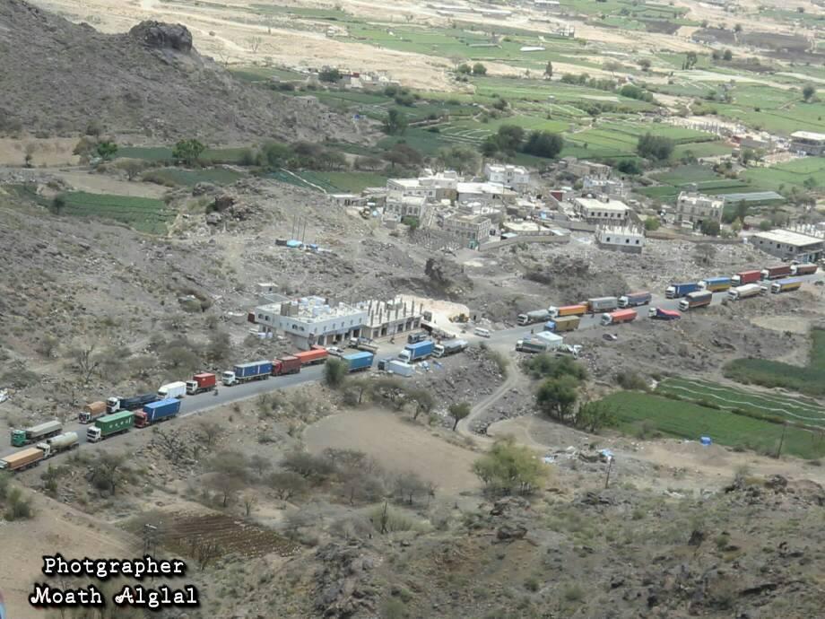 صورة توضح أحد التقطعات التي يتعرض لها الطريق العام بمحافظة الضالع