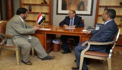 نائب الرئيس يحث محافظ شبوة على مضاعفة الجهود لتثبيت الأمن