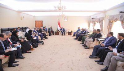 بن دغر يتهم الحوثيون بنهب 681 مليار من إيرادات الدولة في مناطق سيطرتها