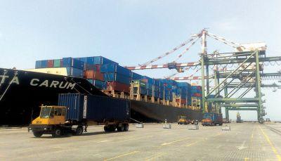 كبار التجار المستوردين في عدن يشكون للمحافظ إجراءات جمارك الميناء