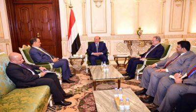 الرئيس هادي يجدد حرص الحكومة على تحقيق السلام وفق المرجعيات الثلاث