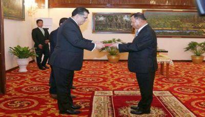 """باحميد يقدّم أوراق اعتماده سفيراً لليمن لدى مملكة """"كمبوديا"""""""
