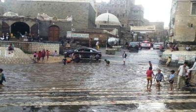 """""""سائلة صنعاء القديمة"""" متنفس سياحي للمواطنين في موسم الأمطار"""
