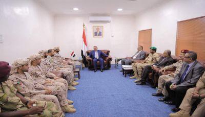 رئيس الحكومة يناقش مع قائد قوات التحالف بعدن العمليات العسكرية ضد الانقلابيين
