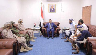 بن دغر يلتقي قائد الحزام الأمني بمدينة عدن ويتوعد بملاحقة الخارجين عن النظام