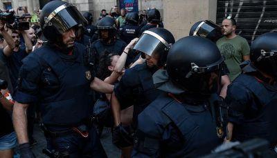 337 مصابًا إثر مواجهات بين شرطة مدريد ومؤيدي انفصال كتالونيا