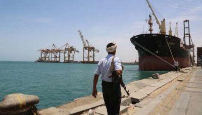 مليشيا الحوثي تهرّب 140 قاطرة بنزين وديزل من ميناء الحديدة لتغذية السوق السوداء