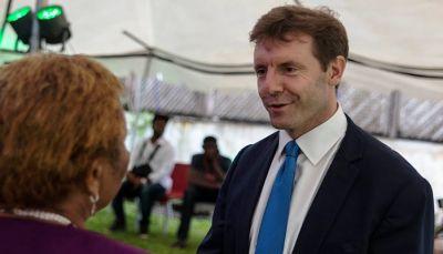 السفير البريطاني: لدينا قناعة بدعم الحكومة في اليمن لإنهاء الانقلاب واستعادة الدولة
