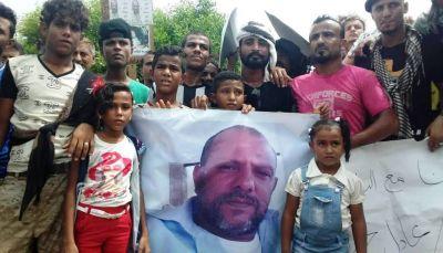 وقفة احتجاجية للمطالبة بالكشف عن قيادي في المقاومة اعتقله الحزام الأمني قبل عام بعدن