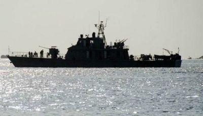 الحكومة تحتجز سفينة إيرانية على متنها 19 بحارا في المياه اليمنية بسقطرى