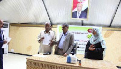 محافظ حضرموت يوزع وثائق تمليك شقق للمستفيدين من مشروع الإسكان