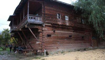 منزل خشبي تقليدي عمر 160 عاماً يتحول إلى فندق شمالي تركيا