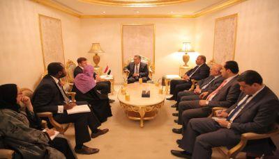 السفير البريطاني: المجتمع الدولي يدرك خطورة الدور الايراني وتدخلاتها في اليمن