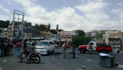تعز: جنود يقطعون عدد من شوارع المدينة احتجاجا على عدم تسليم مرتباتهم (صور)