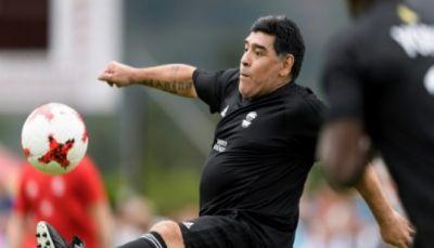 مارادونا يلعب كرة القدم مع مادورو ويقدم دعمه