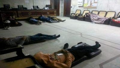 السفير اليمني في القاهرة يطرد الطلاب المعتصمين في السفارة ويرفض تعيين ملحق جديد