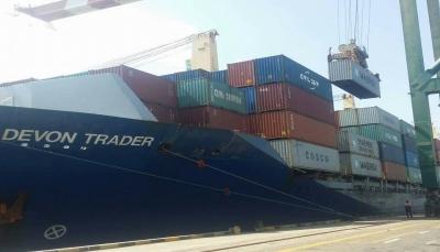 عقب احتجاج عمال الميناء.. قوة إماراتية بعدن تسمح بتفريغ حمولة السفينة الصينية