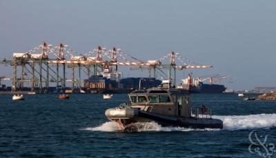 زورق تابع لميناء عدن يتعرض لإطلاق نار من حراسة معاشيق