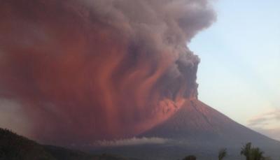 إندونيسيا تترقَّب ثوراناً بركانياً ضخماً وسماع انفجارات على بعد 12 كم