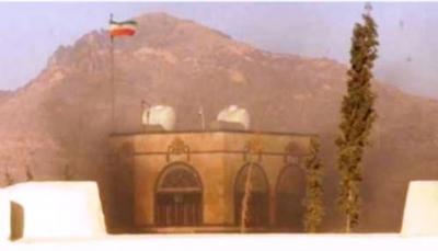 مقر السفارة الإيرانية بصنعاء يشتعل بالنيران جراء قصف مدفعي