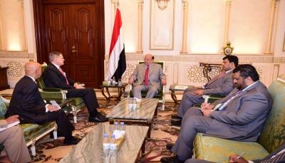 هادي يبحث مع مبعوث الرئيس الروسي والسفير الأمريكي سُبُل تعزيز السلام في اليمن