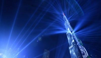 شاهد - دبي تستقبل 2018 بعرض ليزر مبهر على برج خليفة