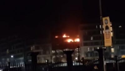 شاهد - حريق يدمر 1400 سيارة في موقف مكون من 7 طوابق
