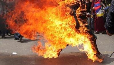 بعد إبلاغه بوقف المساعدات.. لاجئ سوري يحرق نفسه أمام مكتب أممي